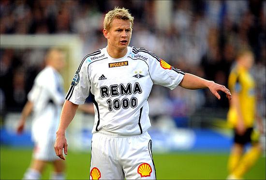สเตฟเฟ่น อีเวอร์เซ่นเล่นฟุตบอลในตำแหน่ง กองหน้า เริ่มต้นเล่นฟุตบอลอาชีพกับสโมสร โรเซนบอร์ก ในปี1995-1996